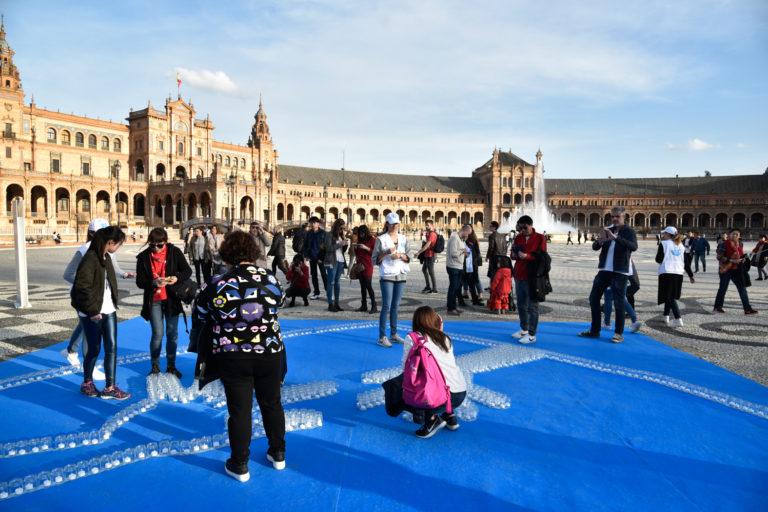 Resultado de imagen de II Mosaico Solidario de Vidrio, organizado por Friends of Glass, en la Plaza de España de Sevi